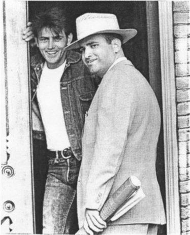 Martin Sheen junto a Terrence Malick en una de las pocas imágenes que se tienen del director