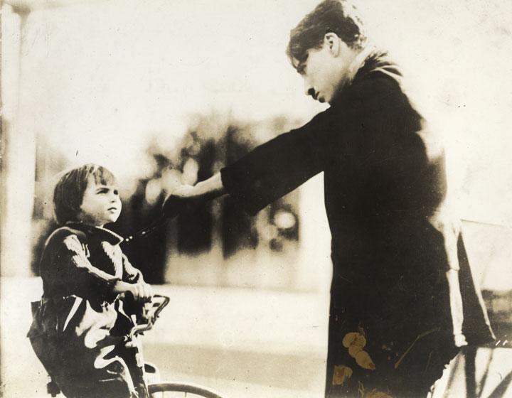 """Chaplin ensaya con Jackie Coogan una de las escenas de """"El chico"""""""