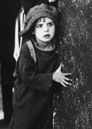 Jackie Coogan se convirtió a los seis años gracias a su simpatía y naturalidad en la primera estrella infantil del cine