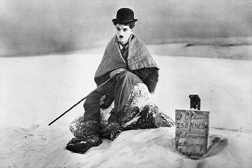 Charlot es aquí un pobre hombre sin fortuna que va a Alaska a la conquista del oro